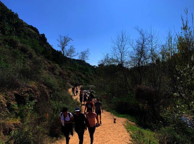 Eaton Canyon健行步道人流如織。(讀者提供)