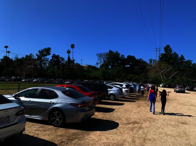 Eaton Canyon健行步道附近停車場一位難求。(讀者提供)