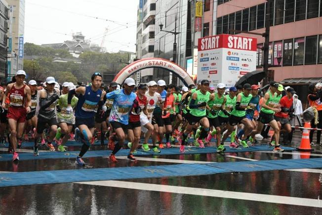 熊本城馬拉松16日登場,熊本市政府發放給每位跑者及工作人員口罩,呼籲共同防疫,但多數跑者都沒有配戴口罩。(取材自臉書)
