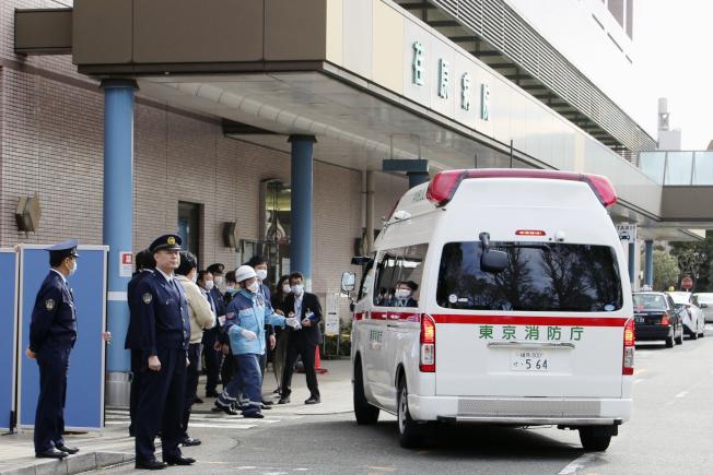 日本國內病例續增,厚生勞動省有意把日本國內防疫對策,從強化邊境防疫轉為把重點放在「早期發現與治療」。圖為日本當局把出現肺炎症狀的歸國日僑送往專責醫院就醫。(美聯社)