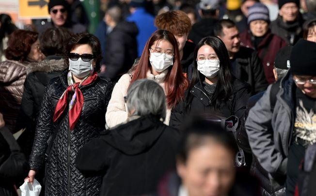 媒體報導,大家近日對亞裔咳嗽打噴   都很敏感。但在華人眾多的紐約市與紐約州都沒有發現一件疑似病例,顯示傳染性低。(美聯社)