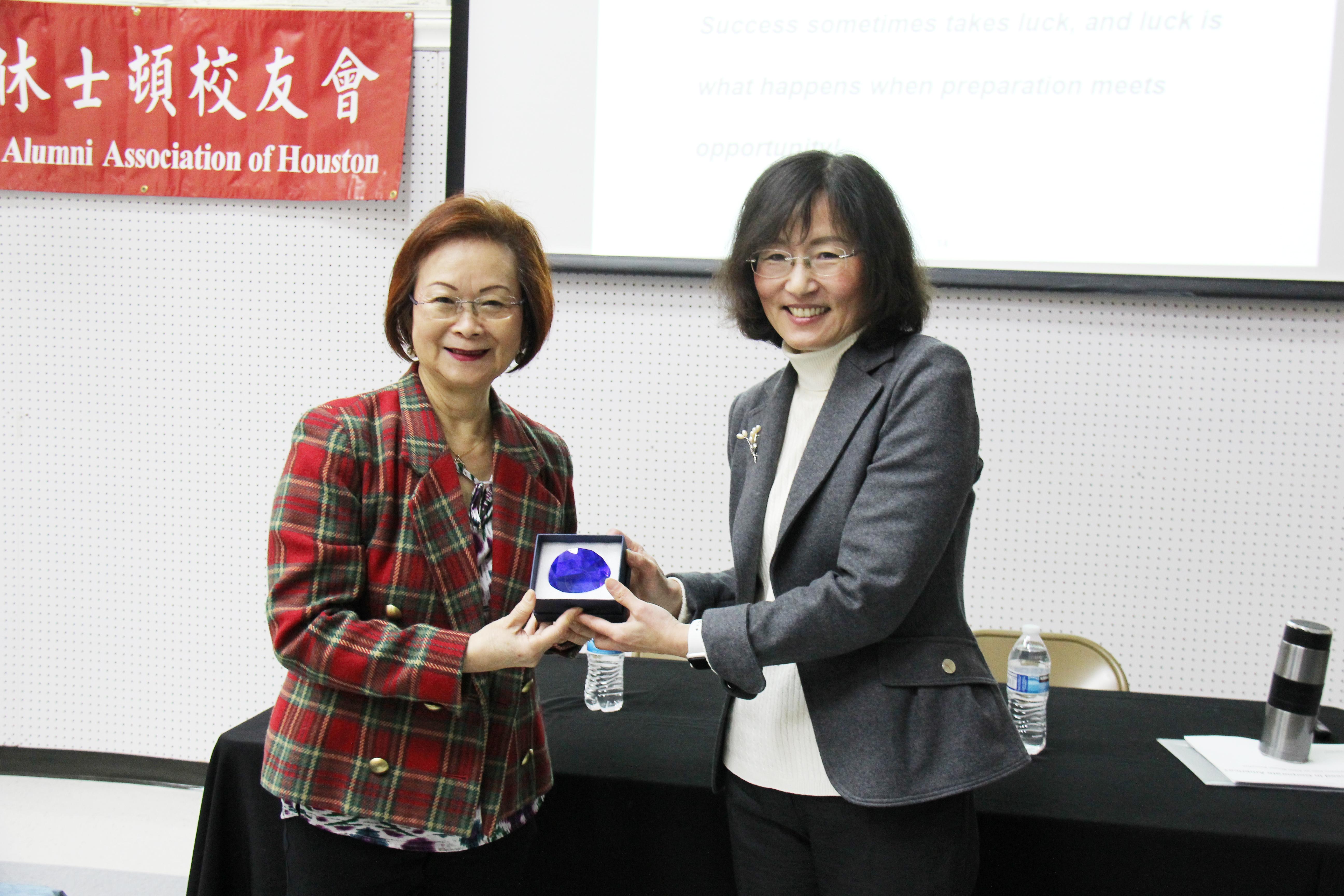 美南大專校聯會會長徐小玲(左)感謝周玲瑩精闢演講 。(記者盧淑君/攝影)