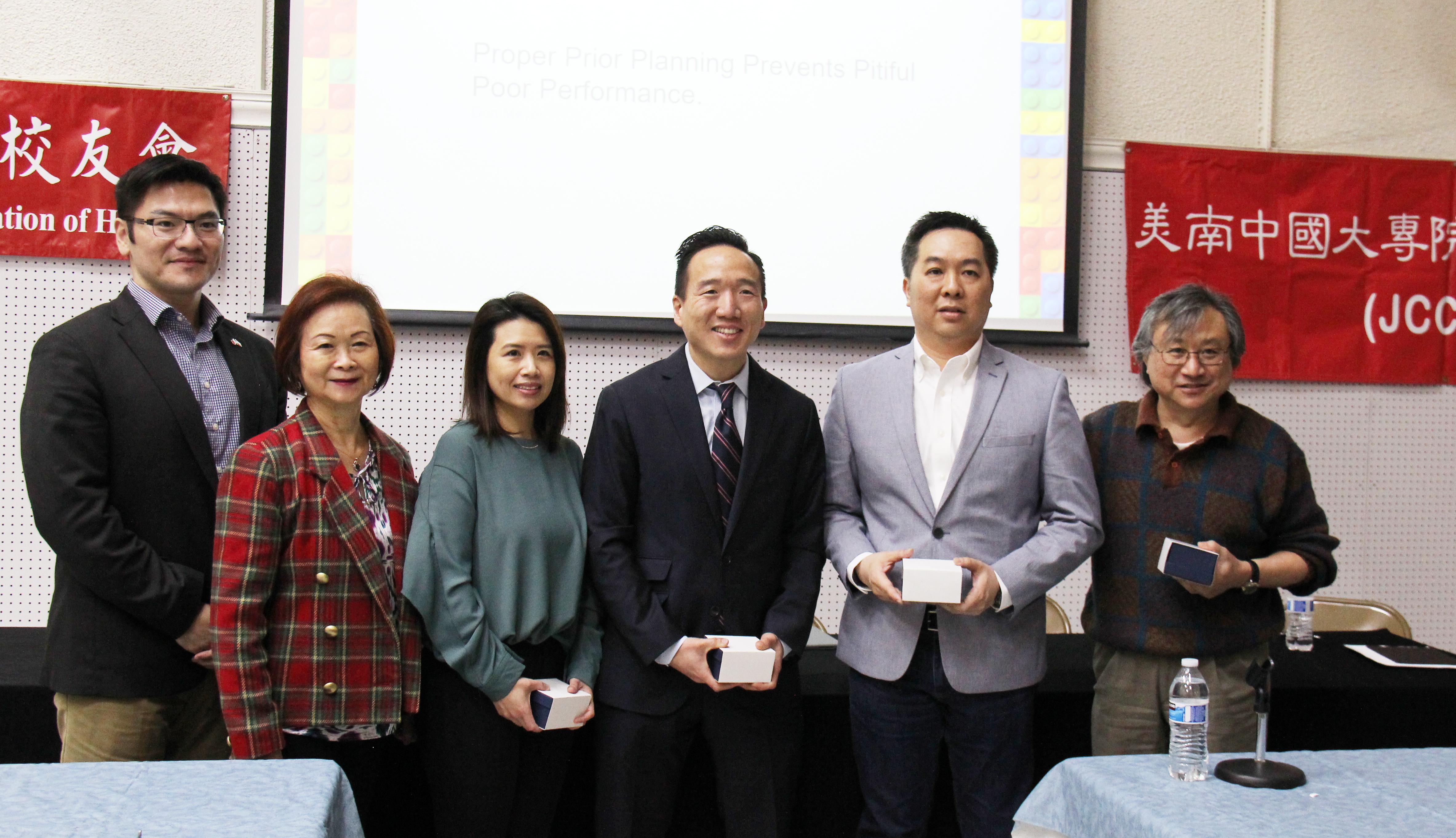 翁履中(左一到右),徐小玲,Emma Fong,Chris Weng ,Paul Yeh 熊耐柏講座中合影。(記者盧淑君/攝影)