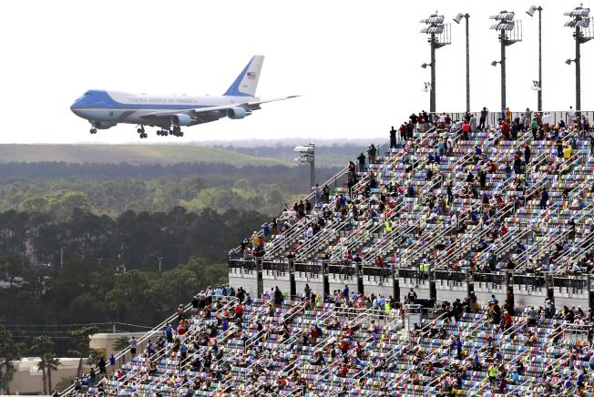 「空軍一號」專機16日下午飛抵佛州岱通納國際機場,川普總統參加岱通納500(Daytona 500)賽事,專機飛經賽場,全場觀眾沸騰歡迎。(美聯社)