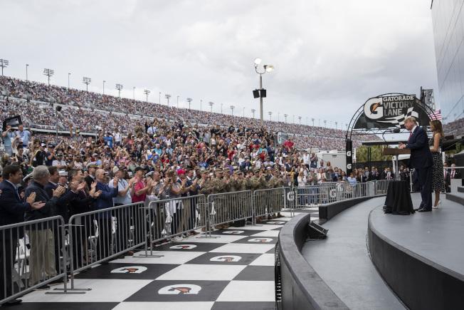 川普總統與第一夫人梅蘭妮亞16日參加佛州岱通納500賽車競賽,開始前致辭。全場車迷歡聲雷動。(美聯社)