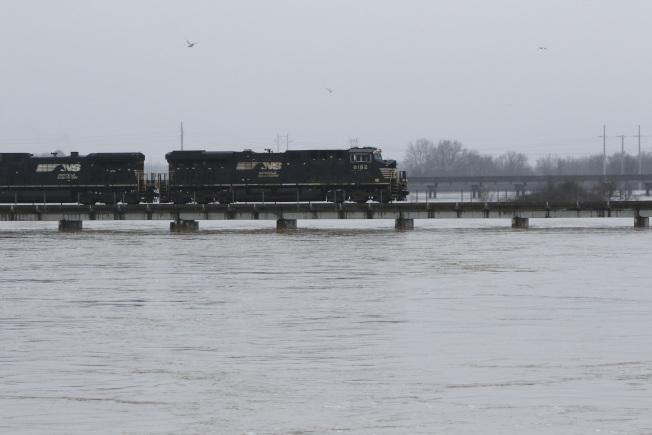 密西西比州連日豪雨導致河水暴漲。圖為河水不段暴漲,接近鐵軌橋面。(美聯社)