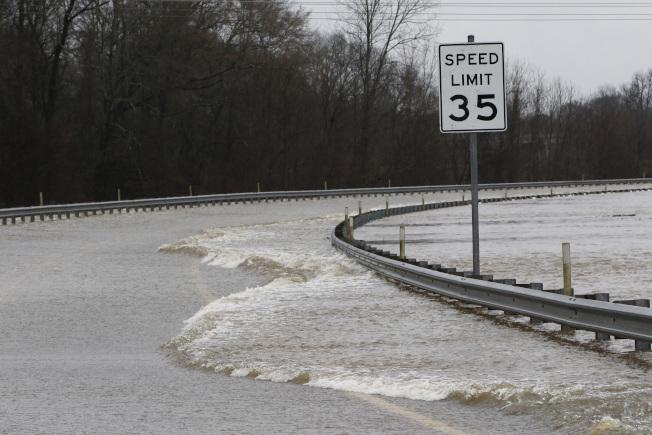 密西西比州連日豪雨導致河水暴漲。圖為密州一條公路遭洪水淹沒。(美聯社)