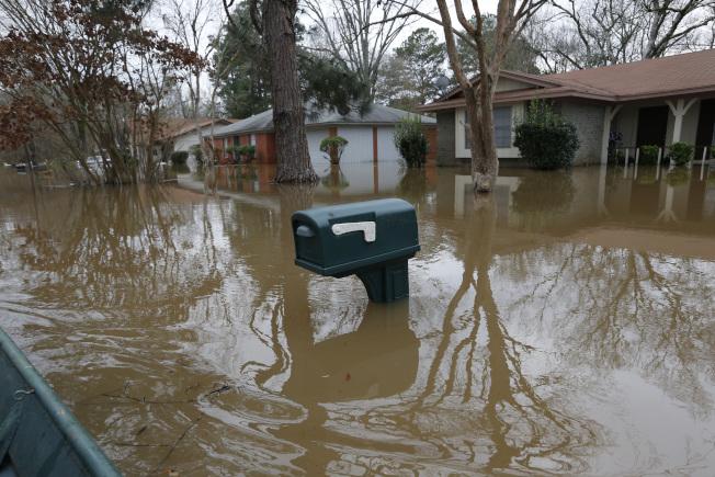 密西西比州連日豪雨導致河水暴漲,許多地區淹水嚴重。(美聯社)