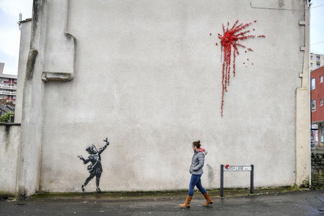 班克西最新作品,描繪一名小女孩手持彈弓射出一簇紅花煙火,於出現在英格蘭西南部城市布里斯托一棟建築物牆面,班克西隨後於14日情人節午夜在社群網站Instagram網頁張貼那件作品的照片,證實那就是他的作品。 美聯社