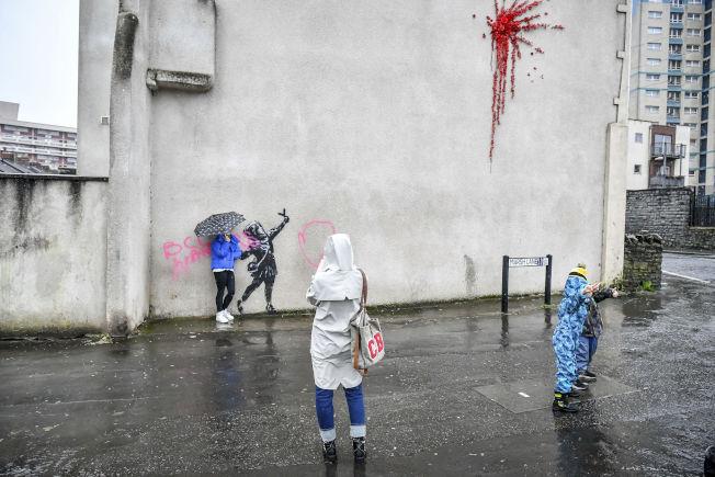 班克西在布里斯托市一棟民宅牆面上的最新創作,遭人塗鴉破壞。美聯社