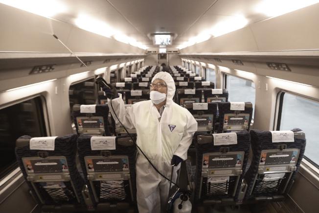 南韓精準追蹤並詳加公布新冠肺炎確診者的旅行路線和細節。(美聯社)