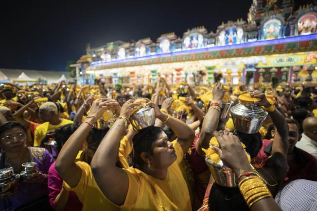 馬來西亞中部雪蘭莪州印度教徒不受疫情影響,大肆慶祝一年一度的大寶森節。(美聯社)
