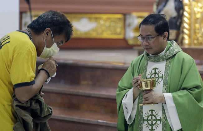 菲律賓天主教神父阿雷拉諾表示,教徒和當地居民都很憂心新冠肺炎疫情。(美聯社)