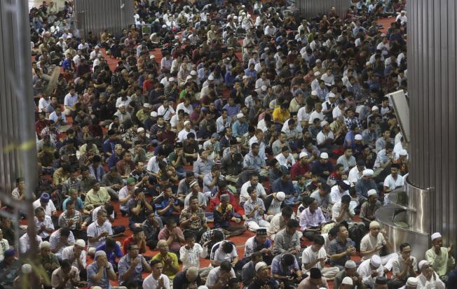 亞洲許多清真寺為防範疫情取消每周五的主麻日,但在印尼雅加達伊斯蒂克拉爾清真寺,眾多 穆斯林仍不戴口罩,一起祈禱。(美聯社)