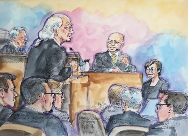 林張必慧(右一)擔任法庭翻譯員的大案,包括周國祥(中)在聯邦法院被判終身監禁的審訊,當年這幅繪圖出現在中英媒體上。(記者李秀蘭/攝影)