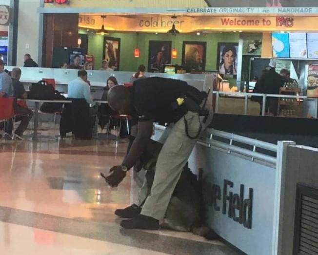 美國警員安德烈在機場和警犬自拍意外暴紅。圖/Facebook