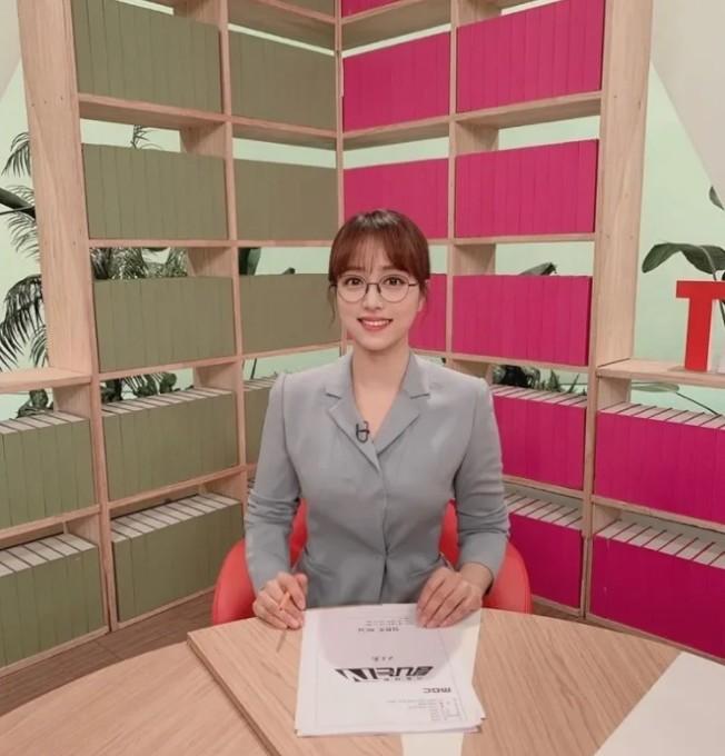 南韓正妹主播林賢珠,曾打破女性必須戴隱形眼鏡播報的規定,挑戰戴眼鏡播報新聞。圖/Instagram