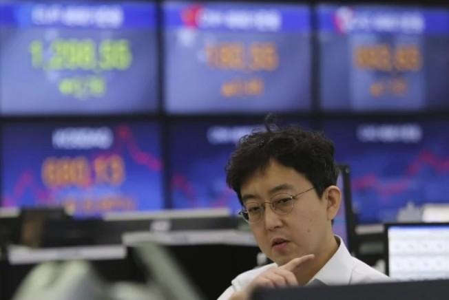 由於新冠肺炎在中國死亡病例攀升,確診也突破7萬大關,引發投資人擔憂疫情衝擊全球經濟。 美聯社