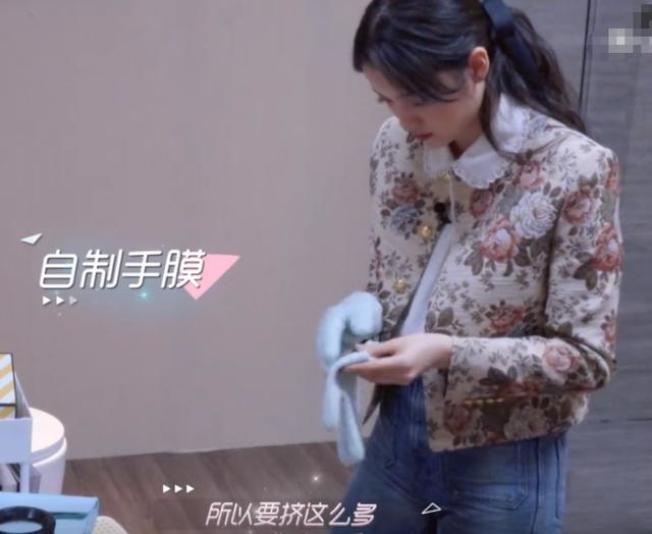 歐陽娜娜把護手霜,當成手膜來滋潤。圖/摘自微博