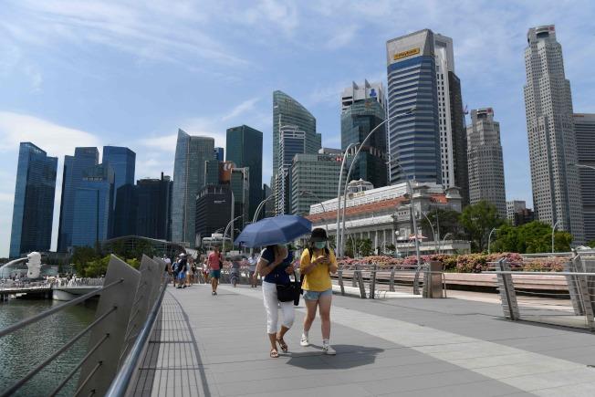 圖為在新加坡銀禧橋上許多旅客戴上口罩。Getty Images