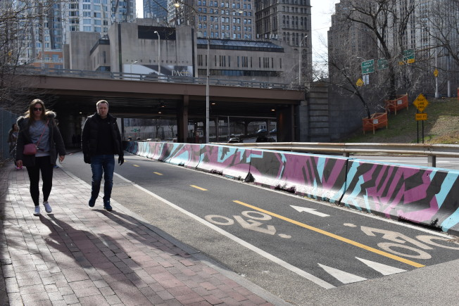 柏路的單車道護欄近日換新裝,成為市交通局護欄美化計畫的一部分。(記者顏嘉瑩/攝影)