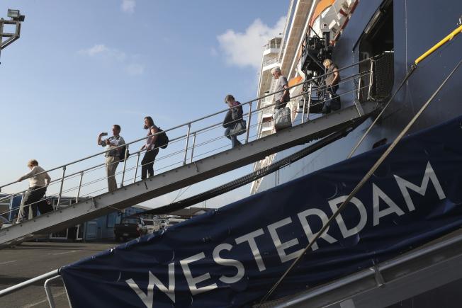 圖為威士特丹號(Westerdam)13日終獲柬埔寨政府准許停靠施亞努港(Sihanoukville)。美聯社