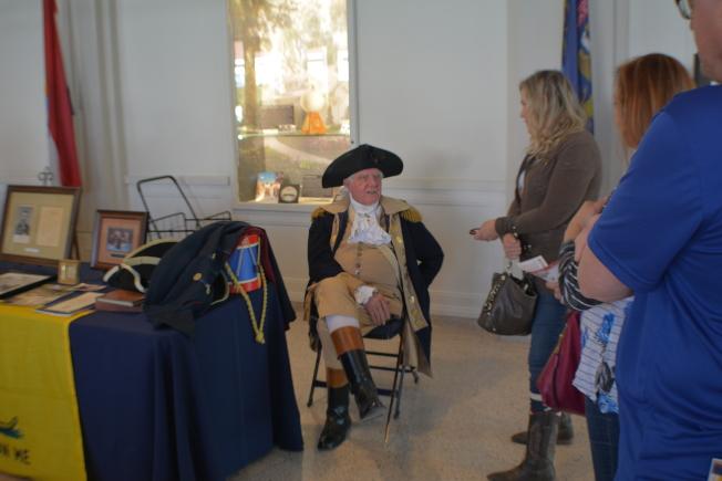 美國首位總統華盛頓扮演者與參與者交談。(記者啟鉻/攝影)