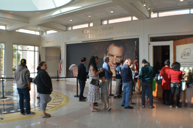 參與者在尼克森總統圖書館接待處前登記準備進入。(記者啟鉻/攝影)