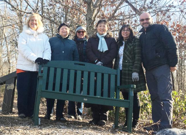 王岩梅(右三)在西溫莎市發起回收塑膠換長椅環保專案。(王岩梅提供)