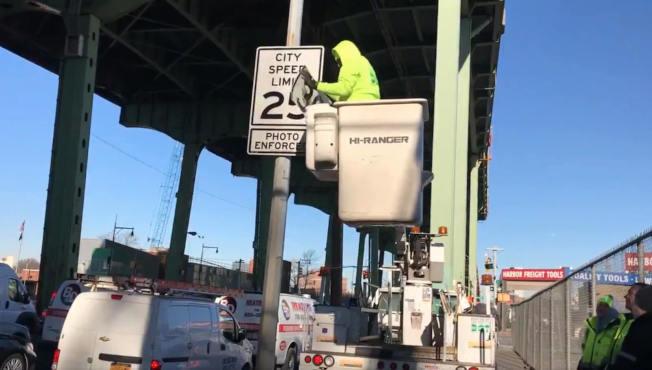 紐約市交通局正在為街道更換限速提示牌。(市交通局提供)