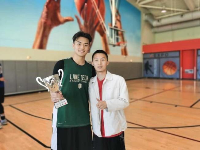 美西南中國留學生聯合會主席馬知耀(右)與冠軍球隊北嶺加州州立大學(Cal State Northridge)留學生籃球隊代表合影。(馬知耀提供)