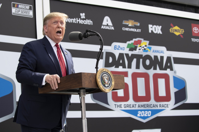 川普總統16日參加佛州岱通納500賽車競賽前致詞。(美聯社)