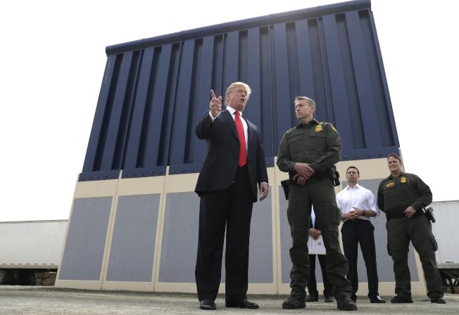 邊界巡邏隊在德州西南偏遠地區發現,走私集團使用成本僅五元的梯子,幫助偷渡客攀過川普政府花了數十億元蓋建的美墨邊界圍牆。 圖為川普總統2018年3月視察邊界圍牆原型。(美聯社)