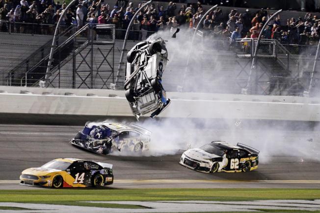 「岱通納500」賽車手紐曼(Ryan Newman)的車撞牆後,遭後車追撞騰空翻起。(美聯社)