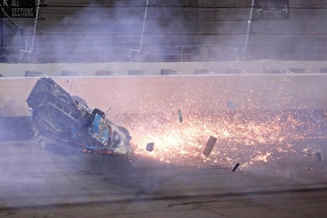 「岱通納500」賽車手紐曼(Ryan Newman)的車落地後摩擦出許多火花並冒煙。(路透)