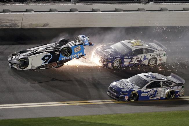 「岱通納500」賽車手紐曼(Ryan Newman)17日比賽在最後一圈發生意外,車身翻覆。(美聯社)