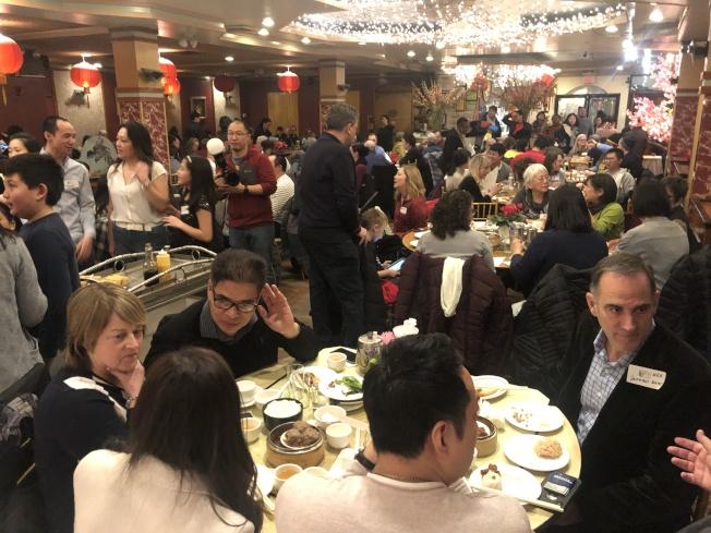 支持華埠生意的早餐會,吸引吸引數百華洋民眾參與。(記者劉晨懿之/攝影)