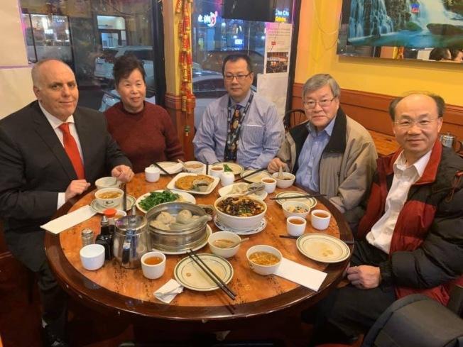 代表華埠的市議員費連(左一)早前前往華埠多個生意支持,圖為費連與華埠主街代表在華埠就餐。(華埠主街提供)