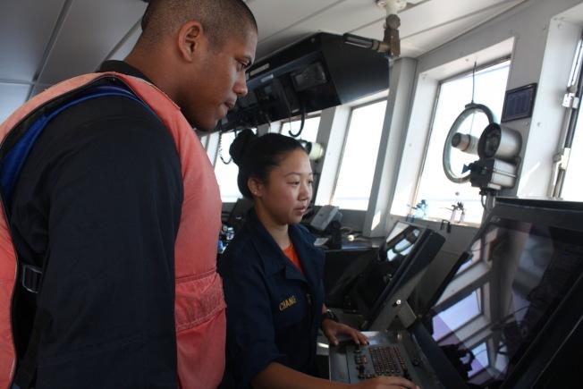 實習領航員張舒淇(右)在貨運船上。(張舒淇提供)