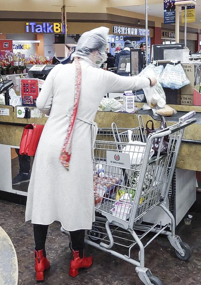 頭套塑膠袋上超市 華人引側目