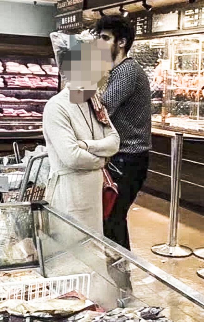 華人女性頭罩塑膠袋到洛杉磯的超市購物。(讀者提供)