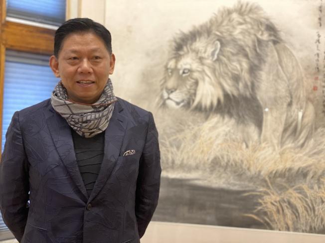 曹俊與他20年前創作的作品「國風」。(記者牟蘭/攝影)