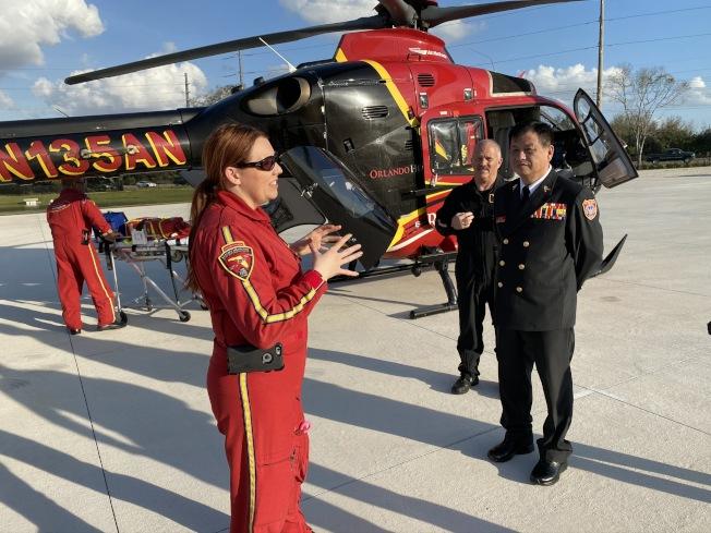 歐夏拉郡消防局特別安排空中救難的實際演練,直升機醫護救援團隊解說一景。 (鄭鴻鈞提供)