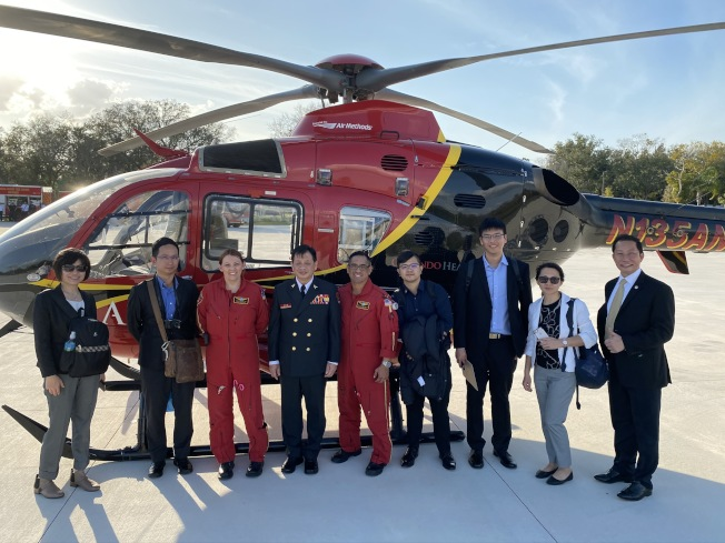 新北市消防局副局長陳崇岳(左四)一行參訪消防訓練中心。(鄭鴻鈞提供)