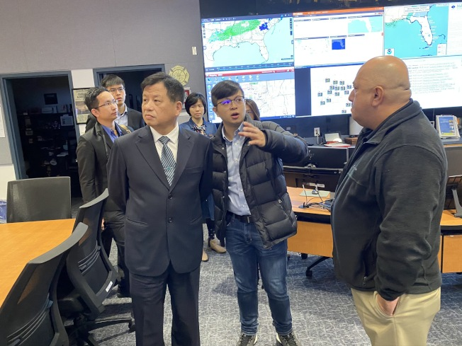 緊急應變中心主任Manuel Soto(右一)與新北市消防局參訪團交流。(鄭鴻鈞提供)