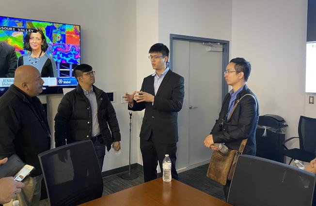 緊急應變中心主任Manuel Soto(左一)與新北市消防局參訪團交流。(鄭鴻鈞提供)