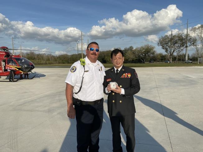 新北市政府消防局副局長陳崇岳(左)與歐夏拉郡消防訓練中心主任Brett Carroll。(鄭鴻鈞提供)