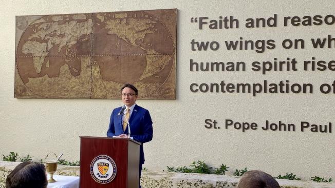駐邁經文處處長錢冠州在利瑪竇雕像揭幕典禮中致詞。(孫博先提供)