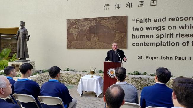 威利神父在利瑪竇雕像揭幕典禮中致詞。(孫博先提供)