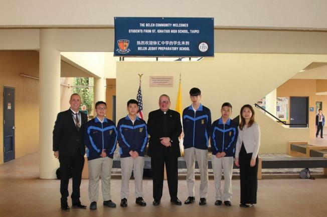 威利神父(左四)歡迎徐匯中學的交換學生。(孫博先提供)